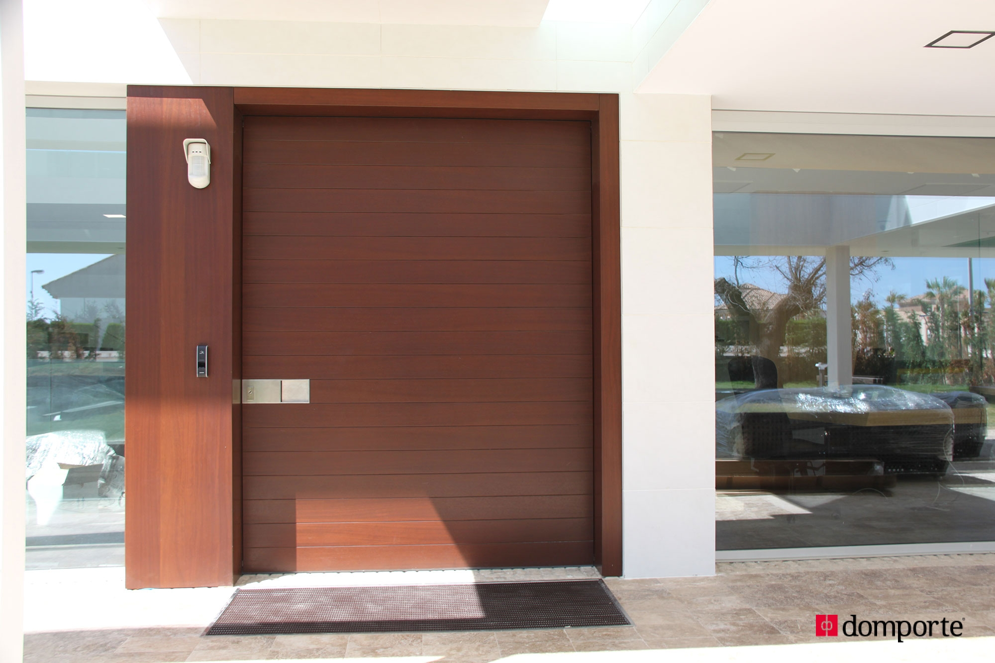 Puertas de madera de hoja pivotante for Precios de puertas de madera entrada principal