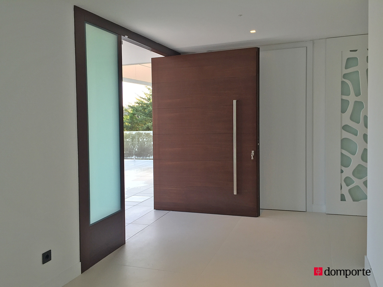 Puertas de madera de hoja pivotante for Puertas principales modernas de madera